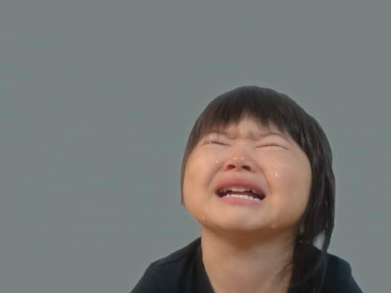 嫌がって泣く子のイメージ画像