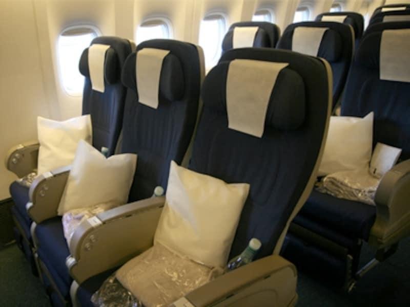 より深くリクライニング出来て、前の座席との感覚も広いプレミアムエコノミー