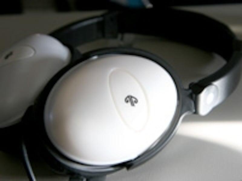 プレミアムエコノミーでは機内エンターテイメントをヘッドフォンでよりいい音で楽しめる