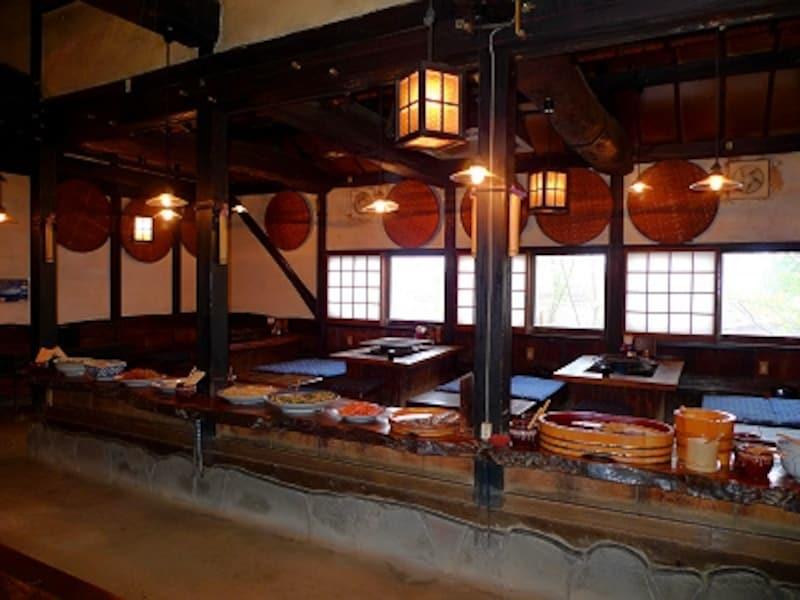 囲炉裏焼が印象的な地獄温泉清風荘の食事処「曲水庵」