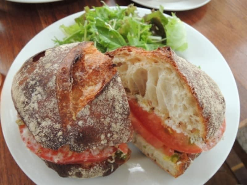 トマトとチーズのサンドイッチ