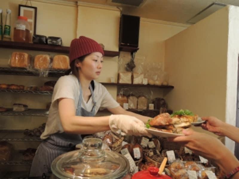 テーブル席に座ったお客はサンドイッチや飲み物を自分でとりに行く