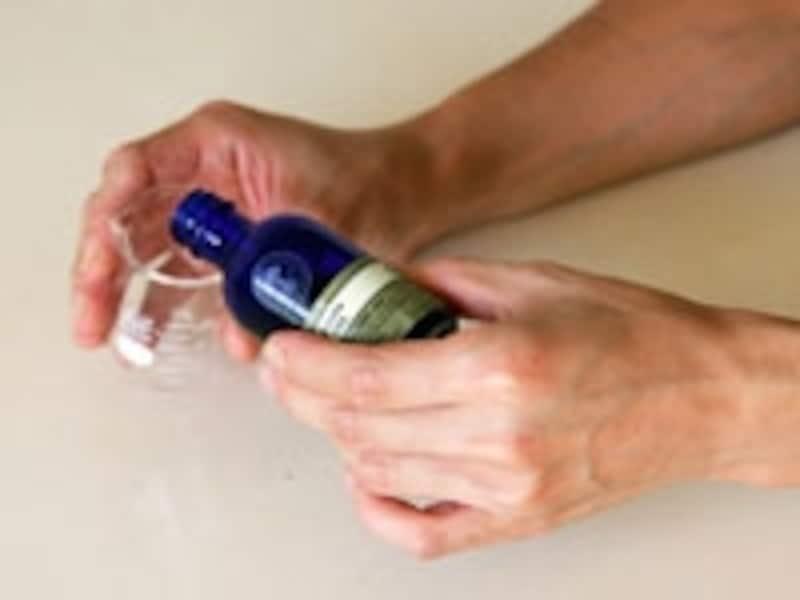 オイルを容器に入れる
