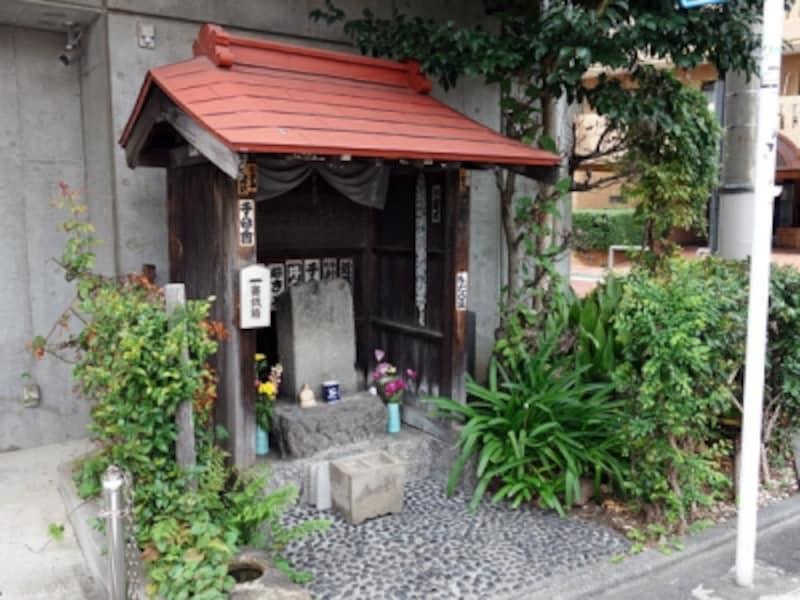 賽銭箱が備えられた敷地内の祠