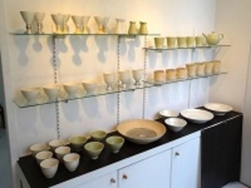 アート作品だけでなく、陶器やガラス、アーティストグッズを扱うことも(画像/佐々木しず作品)