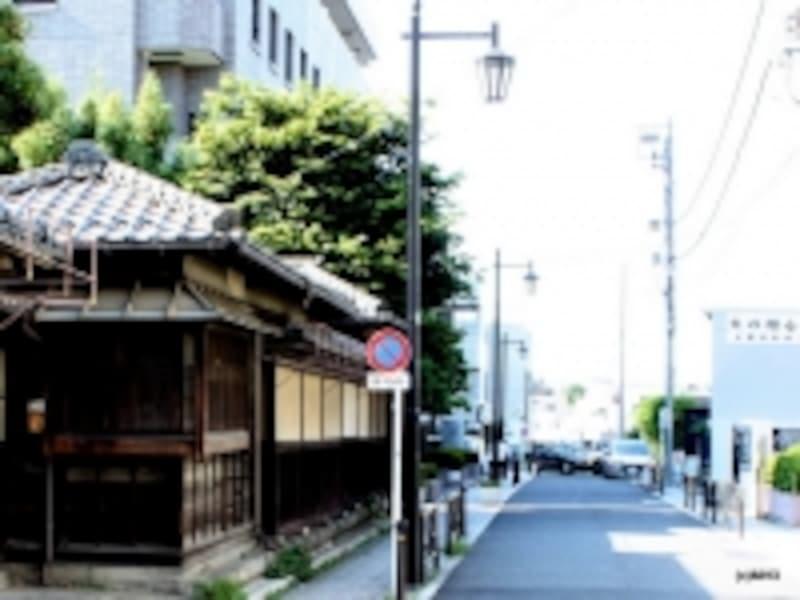 現地(左奥)の斜め向かいに区立図書館(右)