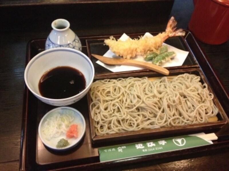 天ぷらには大きな海老を切る木製のナイフも