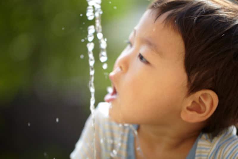 水の感触、噴水の形の変化を楽しむ。