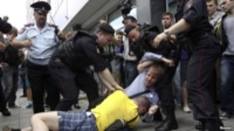 警察からも暴行を受けるゲイの市民