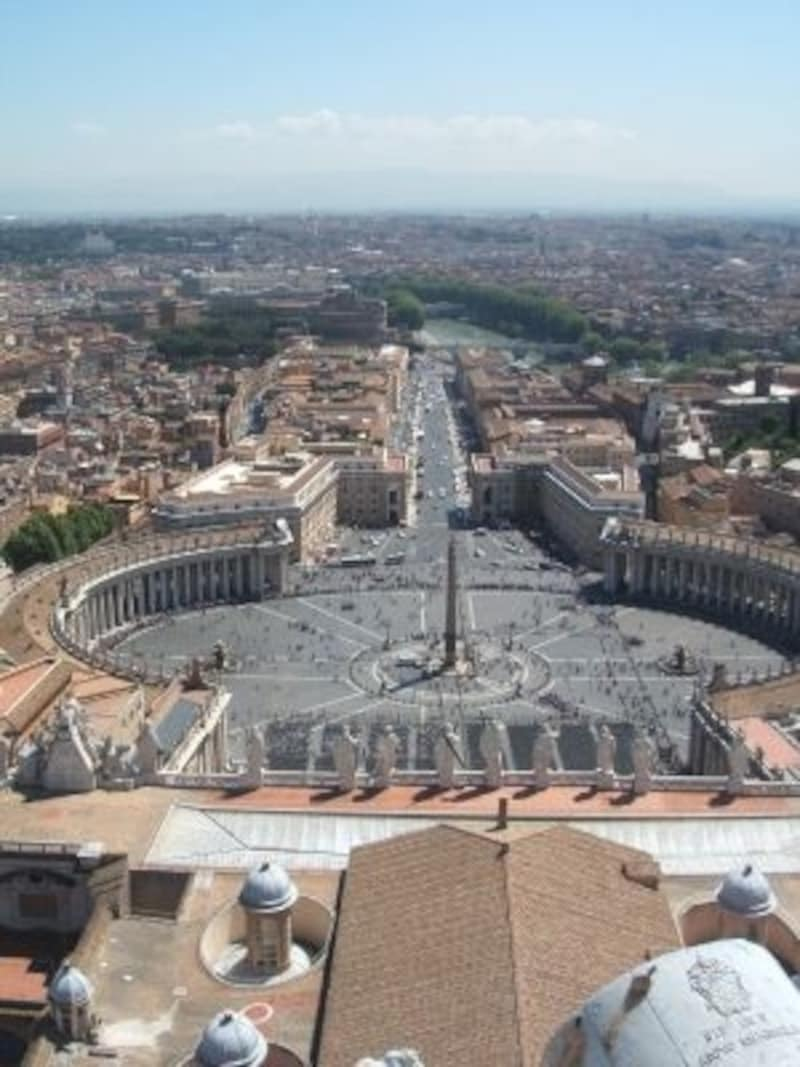 団体ツアーに参加しなくても、列車を使えば個人でも周遊は可能。サン・ピエトロ大聖堂のクーポラからローマを一望