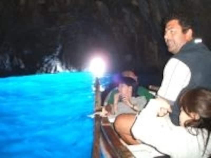 「青の洞窟」のあるカプリ島へは、ナポリから