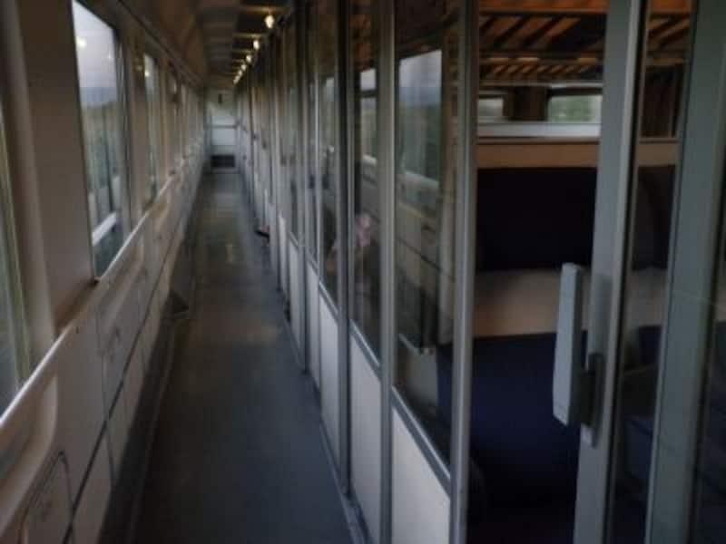 最新列車も魅力だけど、昔ながらのコンパートメントでのんびり車窓の旅も