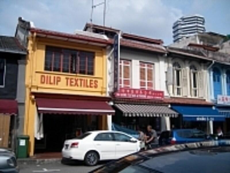 30年以上この地で営業しているディリップ・テキスタイルは黄色のショップハウス