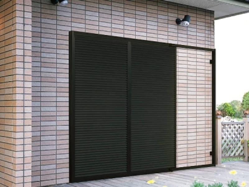 台風・竜巻対策で、窓に雨戸を取り付けリフォーム