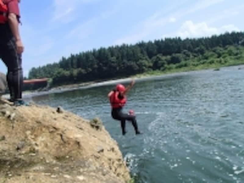 川にジャンプ