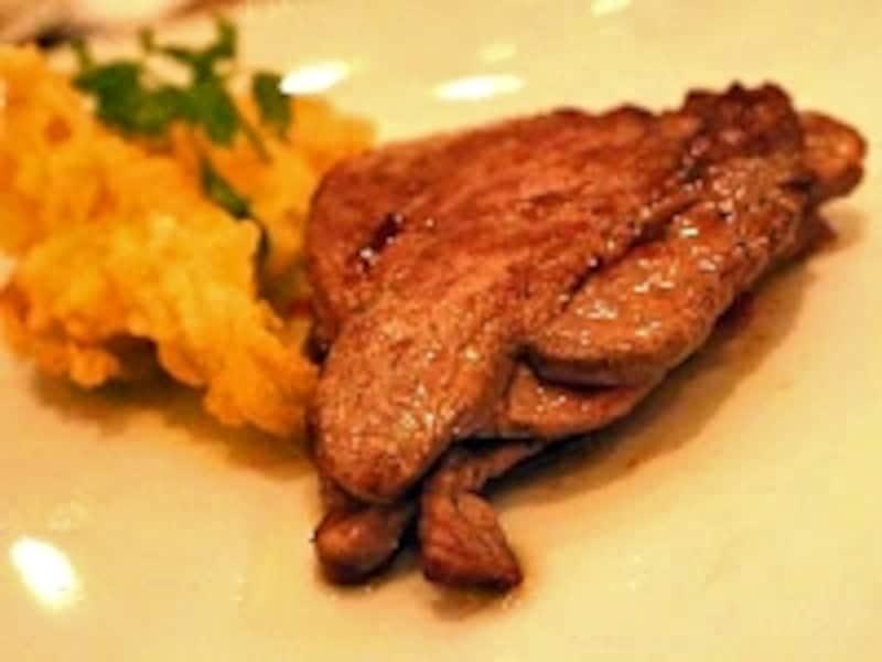 牛肉のミルフィーユ仕立て。添えられたフリットはアボカドとさつまいも。季節によって変わる