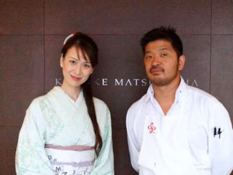 松嶋シェフとご一緒に。コックコートではなく、オリジナルの立ち襟シャツがよくお似合い。フランス文化勲章授章で表彰される程のシェフですが、とても気さくで優しい方です