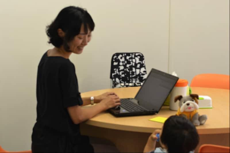 託児スペースのあるシェアオフィス。託児スペース内に、ワーキングデスクが置かれている