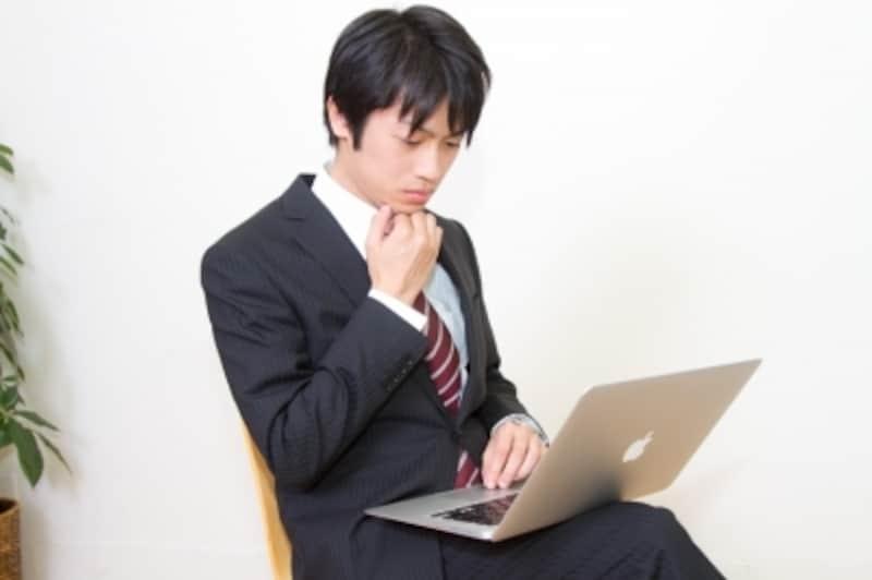 MBAで作業をするビジネスマン