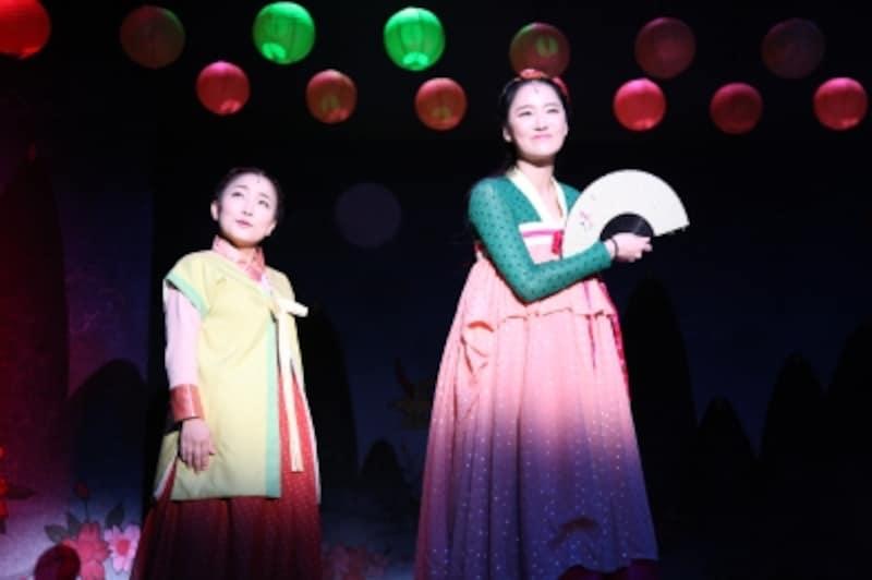 『恋の駆け引きの誕生』ソンファ姫(ユン・チョウォン)と召使のスニ(キム・ヘジョン)(C)アミューズ