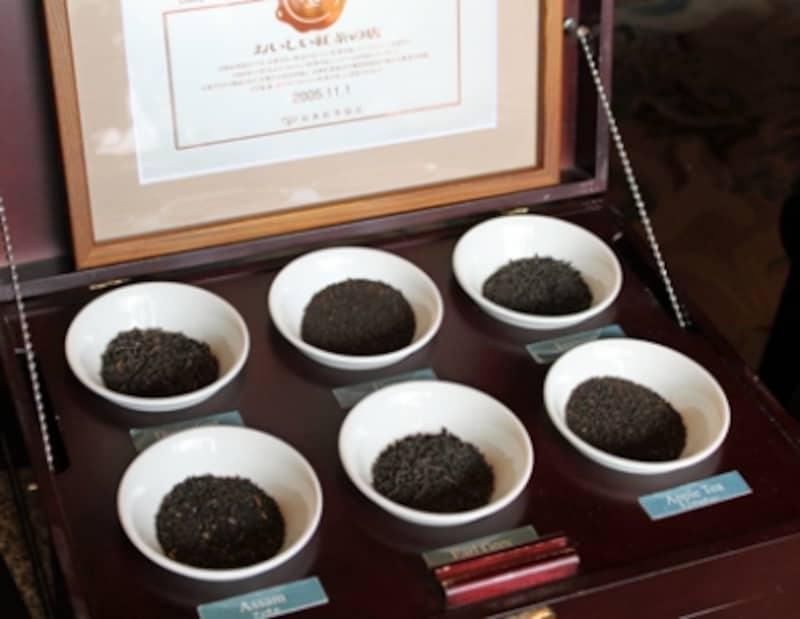 重厚な茶箱に収まった茶葉の見本