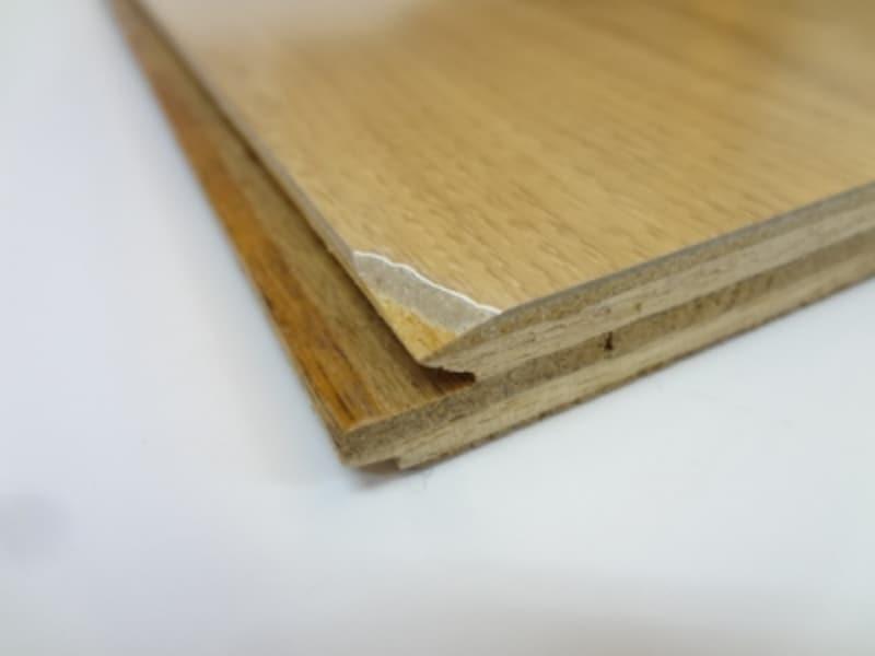 合板+プリントフローリングundefined端部をカッターで削いでみたところ