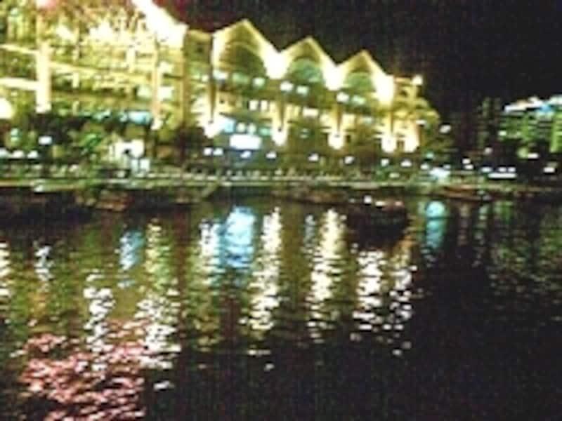 シンガポール川の水面に映ったクラークキーの夜景