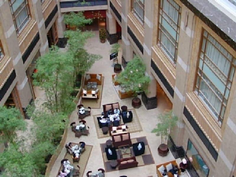 吹き抜けから見下ろしたフラトンホテルのロビー。クラシカルな雰囲気が漂っています。