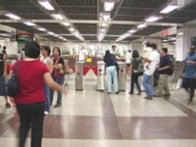 一日中沢山の乗降客が利用するMRTシティホール駅