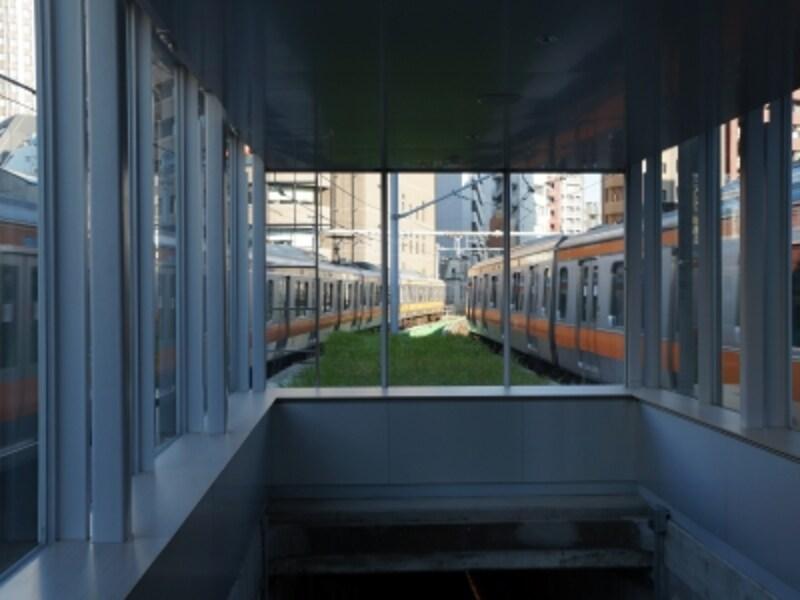 """""""2013プラットホーム""""中央線が間近に行き交う不思議な空間の展望デッキ"""