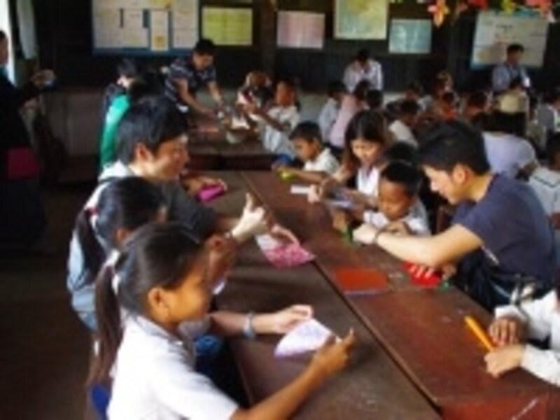 訪問先で授業に参加して子どもたち交流
