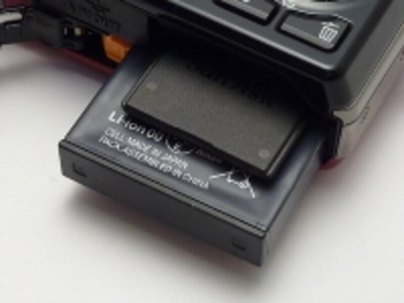 バッテリーはかなり薄型なので、撮影可能枚数は210枚と控えめ。