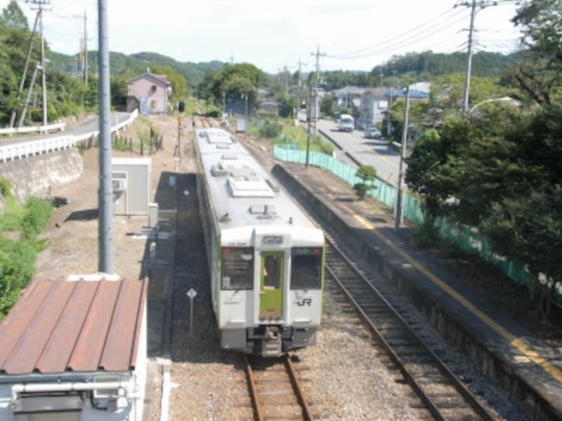 竹沢駅を発車するディーゼルカー