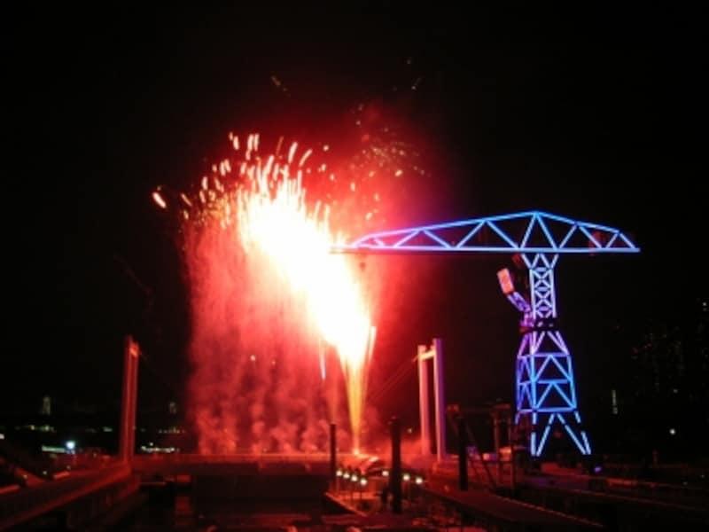 花火とクレーンイルミネーションの競演