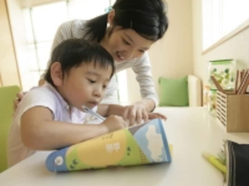家庭学習と幼児教室を併用すると、コストが抑えられる