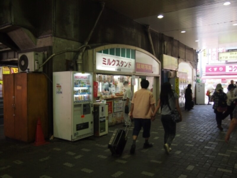 牛乳などの飲み物とパンが売られている
