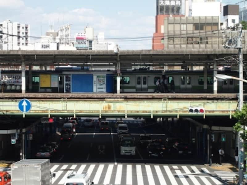 高架された駅のホームに山手線が入ってくるのが見える
