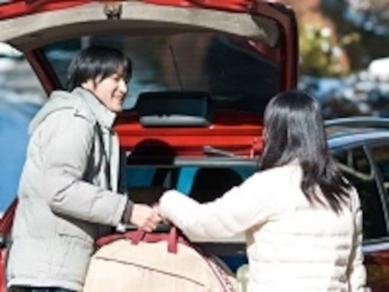 荷物を持ってくれる男性