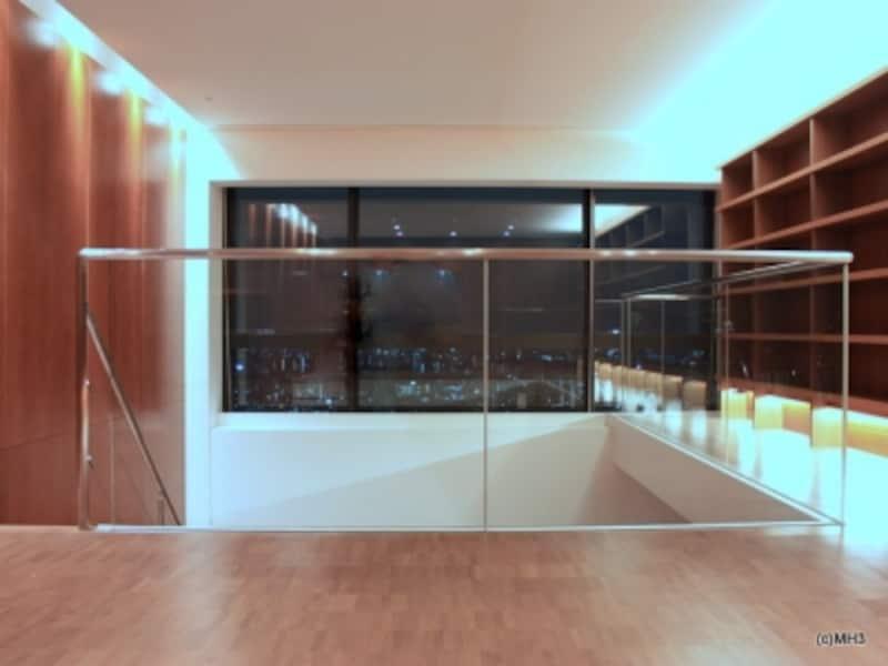 壁面(右)は収納と照明で構成されている