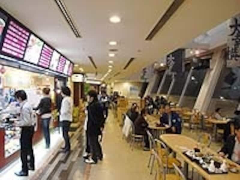 3階の大幸横丁。味噌カツ、台湾ラーメン、カレーうどんなど本格派の名古屋メシを味わえる