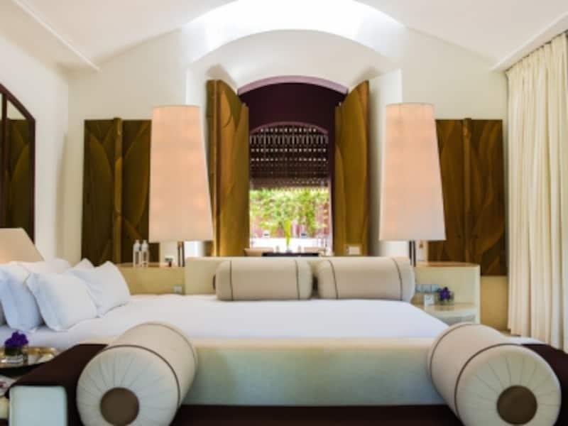 大人4人が縦にも横にも寝られるぐらい大きなベッドが特徴的