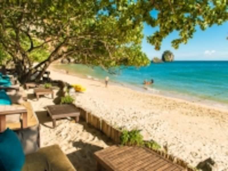 透明度の高い白砂のビーチに、リゾートから直接アクセスできるのもポイント
