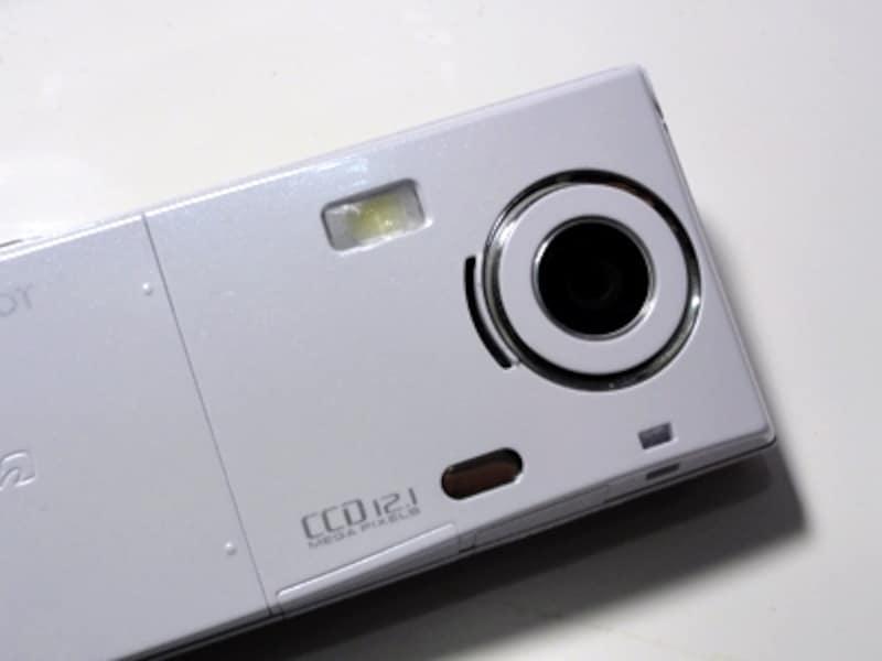 1210万画素のCCDカメラを搭載。暗い場所でもきれいに撮れるのが特徴だ