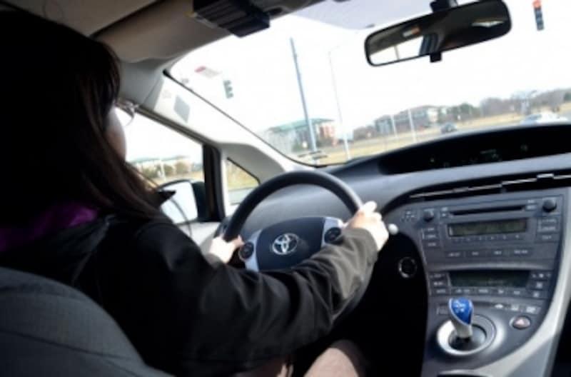 車の運転席にいる女性