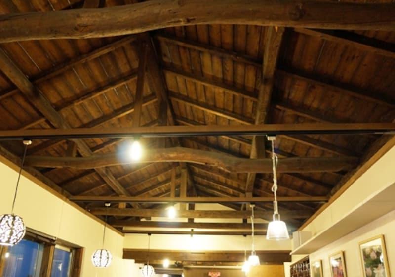 1階店舗の天井。古い梁などはそのまま生かし、腐食部は古民家から移築して補修を行った。