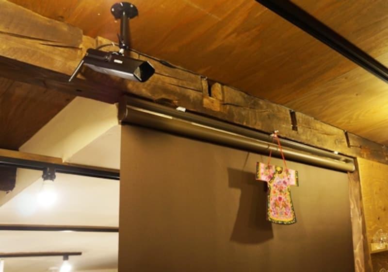 店舗分の間仕切り上部の様子。古民家から移築した材料を上手に使って仕上げている。