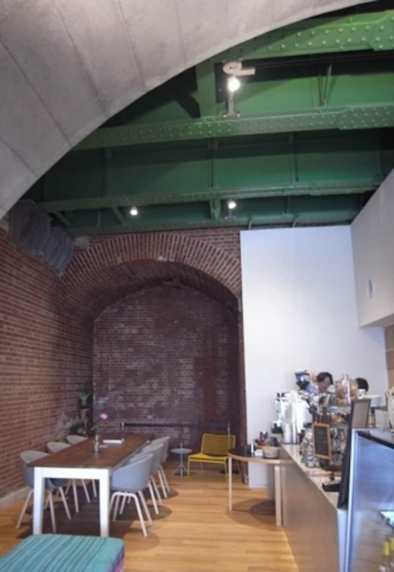 こちらはカフェスペース。天井も当時のままに残している。