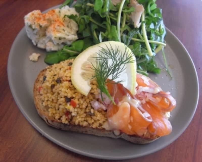 スモーブロー(デンマーク式オープンサンド)。サラダは地元野菜でボリュームたっぷり!
