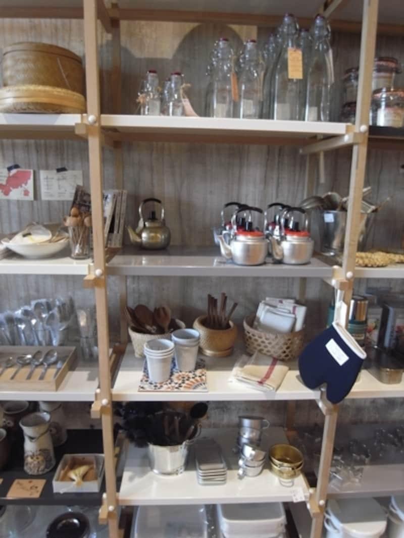 キッチン用品が集まるコーナー。まさに必要なものが揃っている。松野屋の日本の道具や、北欧ブランドhousedoctorなど。