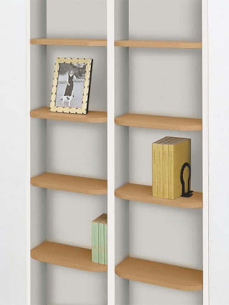 壁の厚みの空洞を活用した壁埋め込み本棚。部屋を狭くしないで収納が増やせる(大建工業)